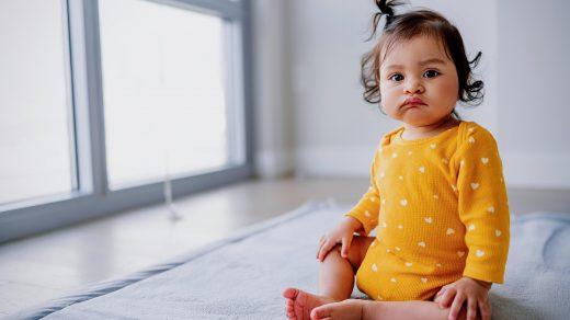 Enfant assis sur le sol