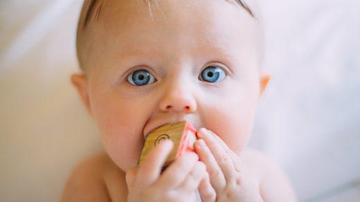 Bébé jouant avec un cube