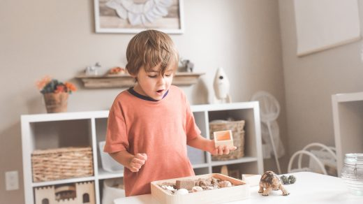 Enfant qui joue dans une salle montessori